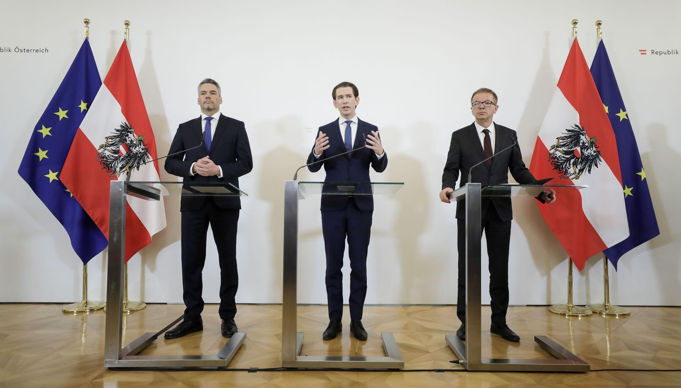 Bundeskanzler Sebastian Kurz (m.), Bundesminister Rudolf Anschober (r.) und Bundesminister Karl Nehammer (l.) beim Doorstep vor dem Ministerrat am 26. Februar 2020. FotografIn: Andy Wenzel
